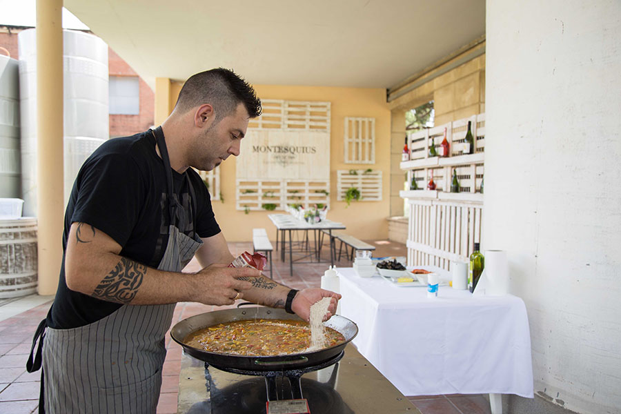 showcooking paella en los jardines montesquius